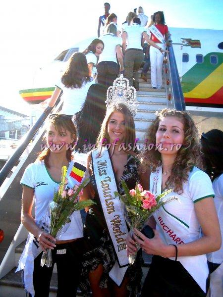 Sorana Nita si Madalina Draghia, intampinate de Alina Ciorogariu, Miss Tourism World in Venezuela 2003