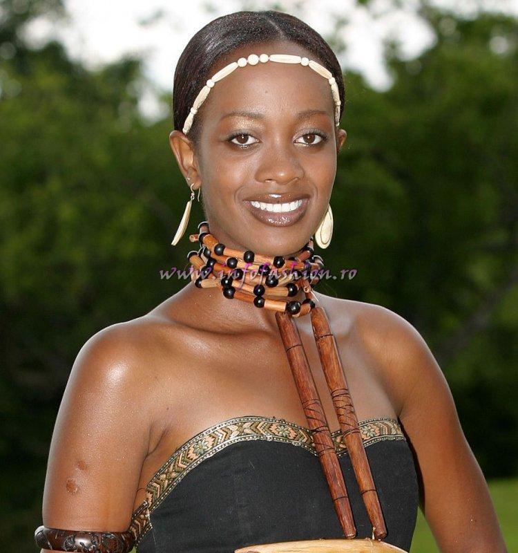 Zimbabwe-Oslie Muringai (2 runner up) at Miss Tourism World 2005 in Zimbabwe (Photo: Frank Thompson)